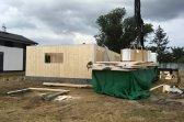 Montáž stěnových panelů podkrovní dřevostavby v obci Dříteč