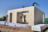 Práce na montáži stěnových panelů dřevostavby