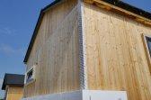 Moderní bungalov byl realizován bez střešních přesahů, v pozadí tradiční má přesahy 60 cm