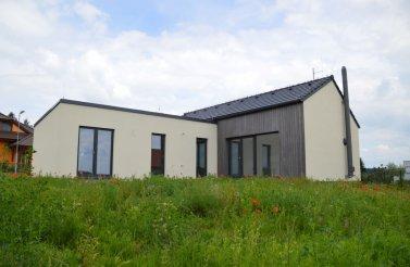 Moderní individuální bungalov 4+kk do tvaru L v obci Stěžírky