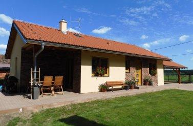 Menší rodinný bungalov 3+kk v obci Lodín